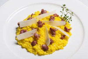 1 Risotto Gran Riserva Gallo con pasta di strolghino e lamelle di parmigiano macchiato allo zafferano_credits Simone Barbagallo