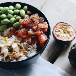 Piatto unico con riso, salmone, avocado e uova