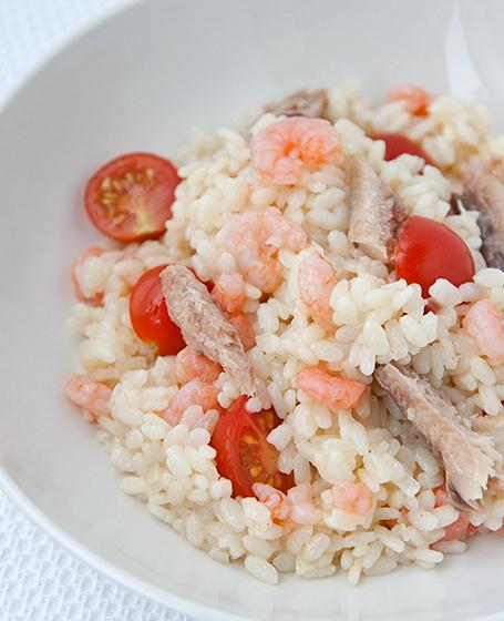 Insalata di riso con gamberetti e pomodorini con trota